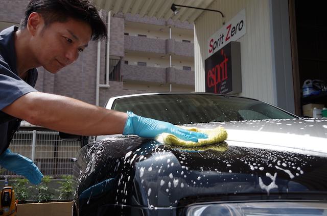 車を手洗いで洗車しています。