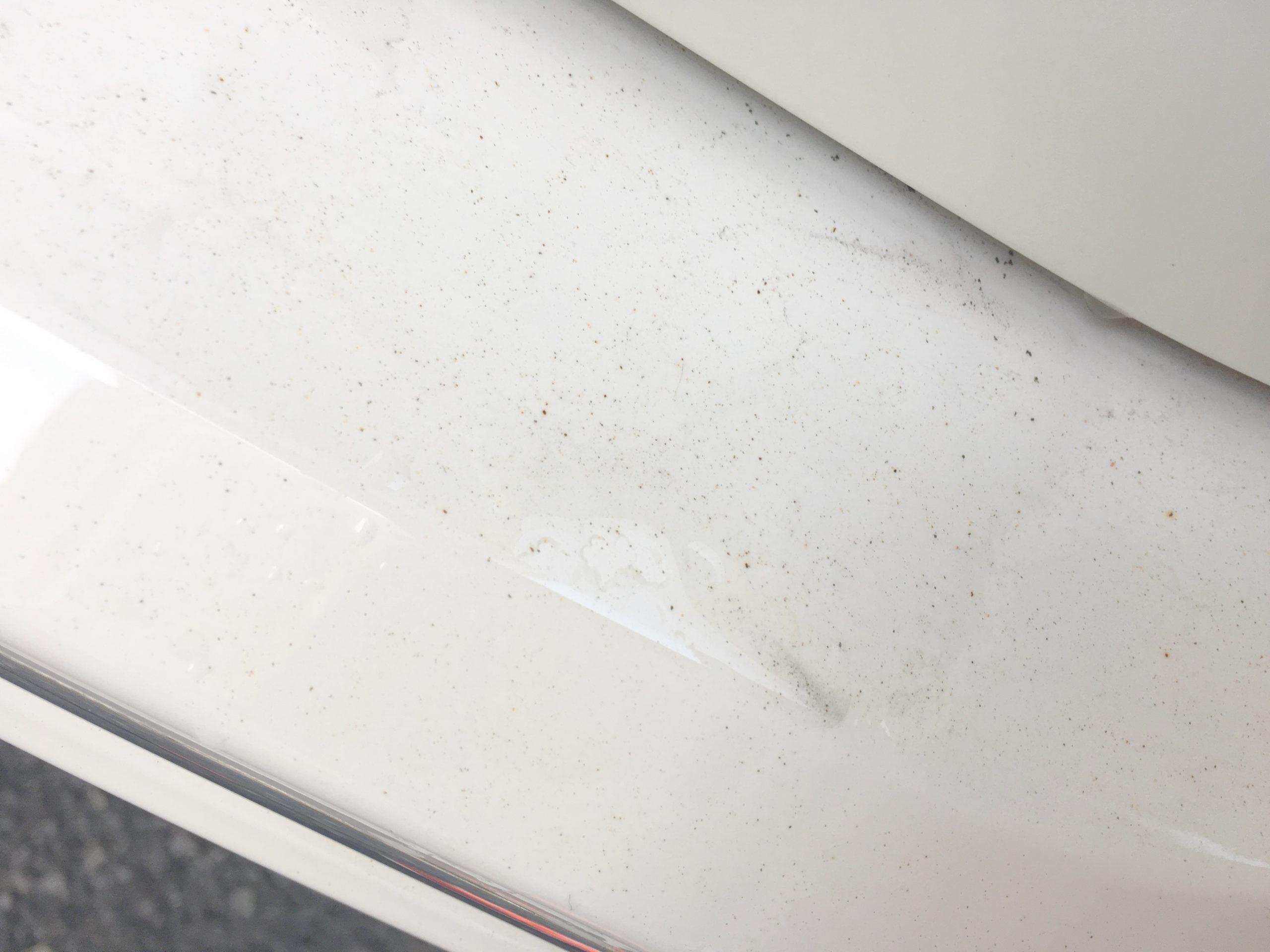 鉄粉が付着した車のバンパーです。