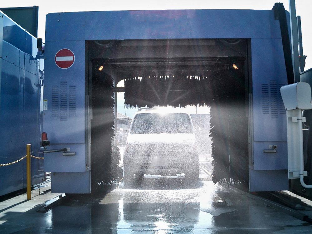 ブラシ式洗車機は車に傷を付ける恐れがあります。